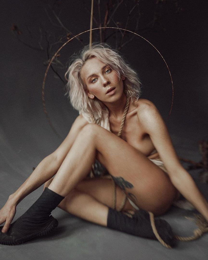 Ph: Настя ВоробьёваMd: Некая ЭлисMua: Anastasia ShkurenkoСнято в зале «Gray Loft»
