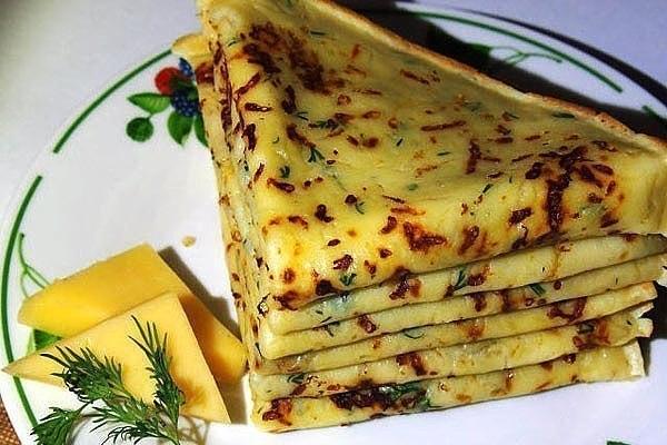 Сырные блины это один из самых простых и в то же время популярных рецептов среди всех любителей данного блюда Ингредиенты: молоко 1,5 стакана яйцо 2 шт. мука 1 стакан сыр 150 гр. соль 1 ч. л.