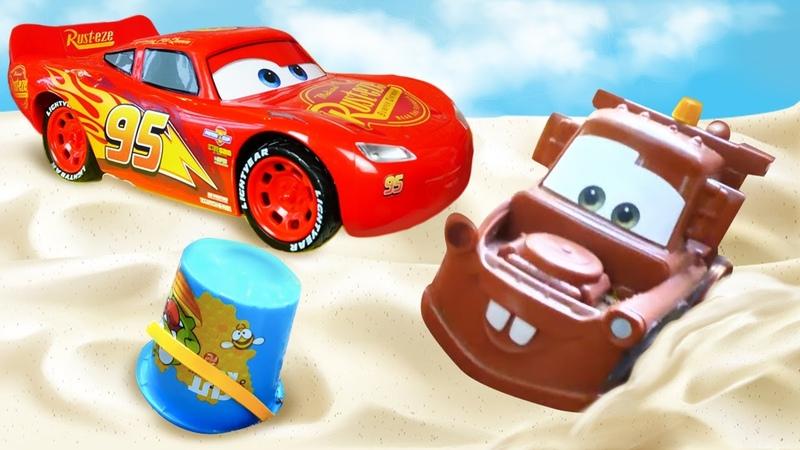 Rayo McQueen y Mater hacen un Castillo de arena Juegos con arena Vídeos para niños