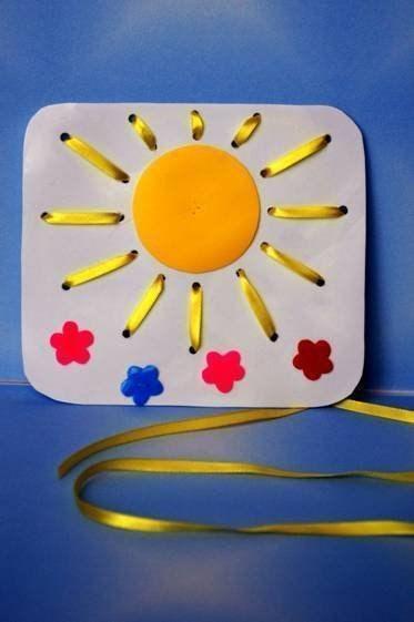 ШНУРОВКИ ИЗ БРОСОВОГО МАТЕРИАЛА 1. «Солнышко»Мой маленький дружочек,Возьми-ка ты шнурочек.Видишь желтый кругСделай лучики вокруг.Солнце улыбается Ребятишкам нравится!Основание панно вырезано из