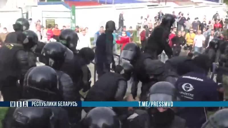 МВД во время протеста школьник бросал камни в ОМОН