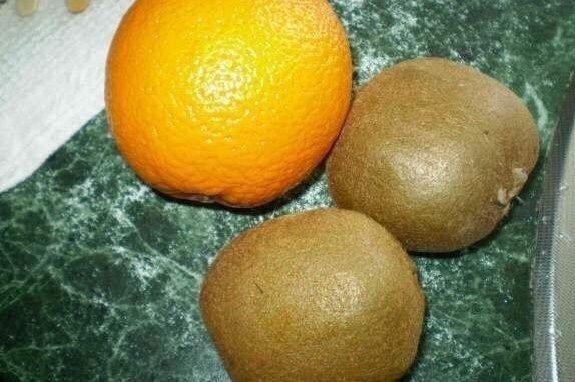 В такую жару беспроигрышный вариант Фруктовое мороженоеЧто может быть вкуснее домашнего мороженого И вариантов его приготовления море!Нужно :- киви 2шт- апельсин - 1штГотовим :Так как формы
