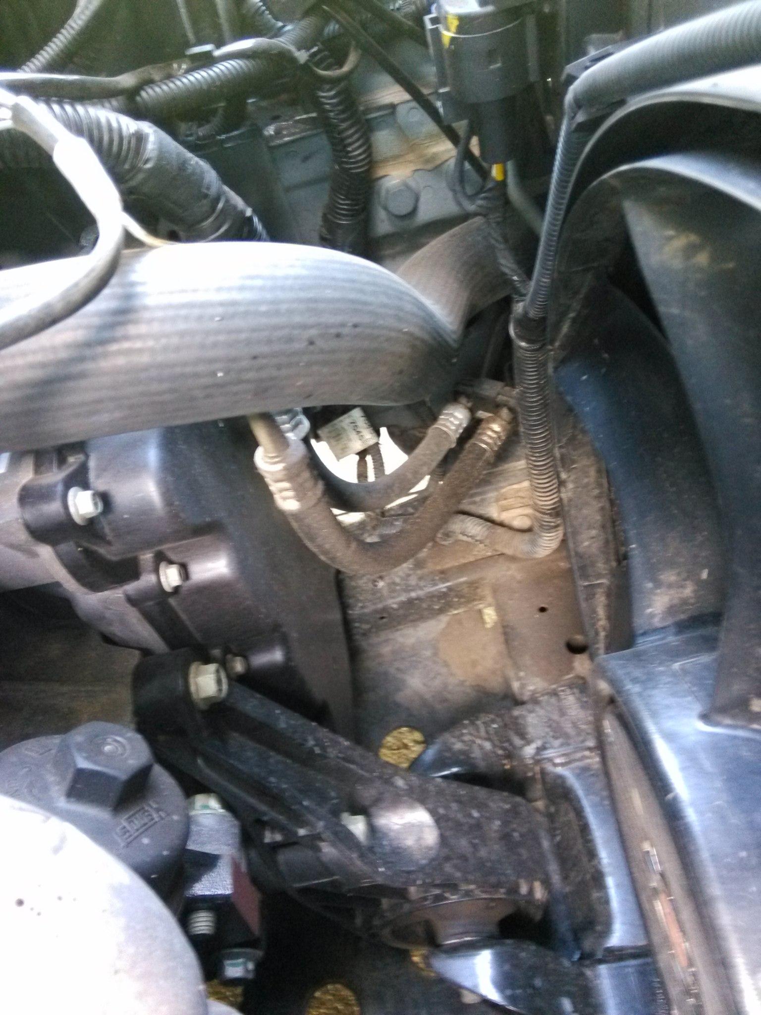 Подскажите , что за трубки справа рядом чуть ниже АКБ вниз резиновыми уходят и дальше снова железные.