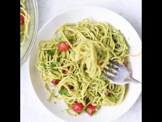 Спагетти в соусе с авокадо и помидорками черри,