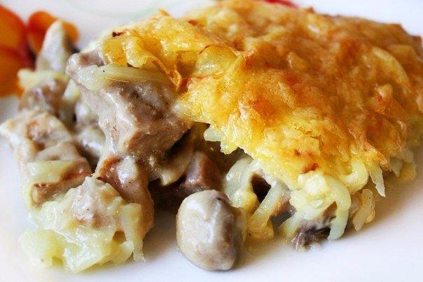 Курица с грибами, запечённая под картофельной шубой. Ингредиенты:Куриная грудка 300 гГрибы 250 гКартофель 3-4 шт.Лук 1 шт. Мука 1 ст. л.Молоко 250 млСливки 150 гТвердый сыр 100 гСоль, перец,