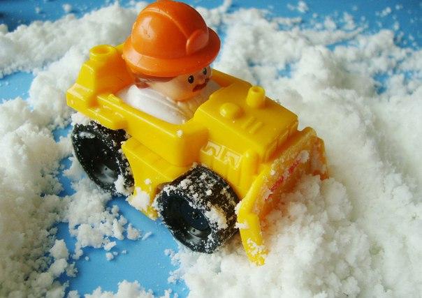 КАК СДЕЛАТЬ ИСКУССТВЕННЫЙ СНЕГ. Спешим поделиться с вами супер-рецептом изготовления невероятно мягкого на ощупь самодельного снега. Из такого снега можно будет прямо в квартире слепить,