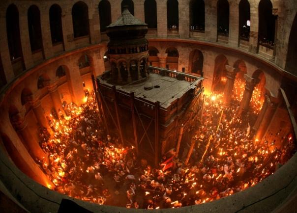 С тех пор, как НТВ стал вести прямые репортажи из храма Гроба Господня в Иерусалиме, чудо схождения благодатного огня неукоснительно укладывается в интервал между 15:00 и 16:00 по московскому