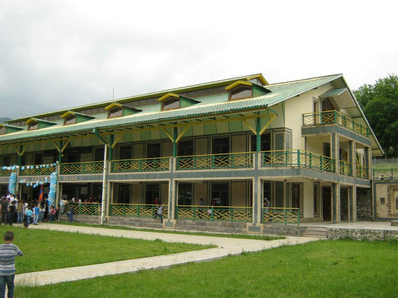 красивая школа в селе Ванк в Карабахе
