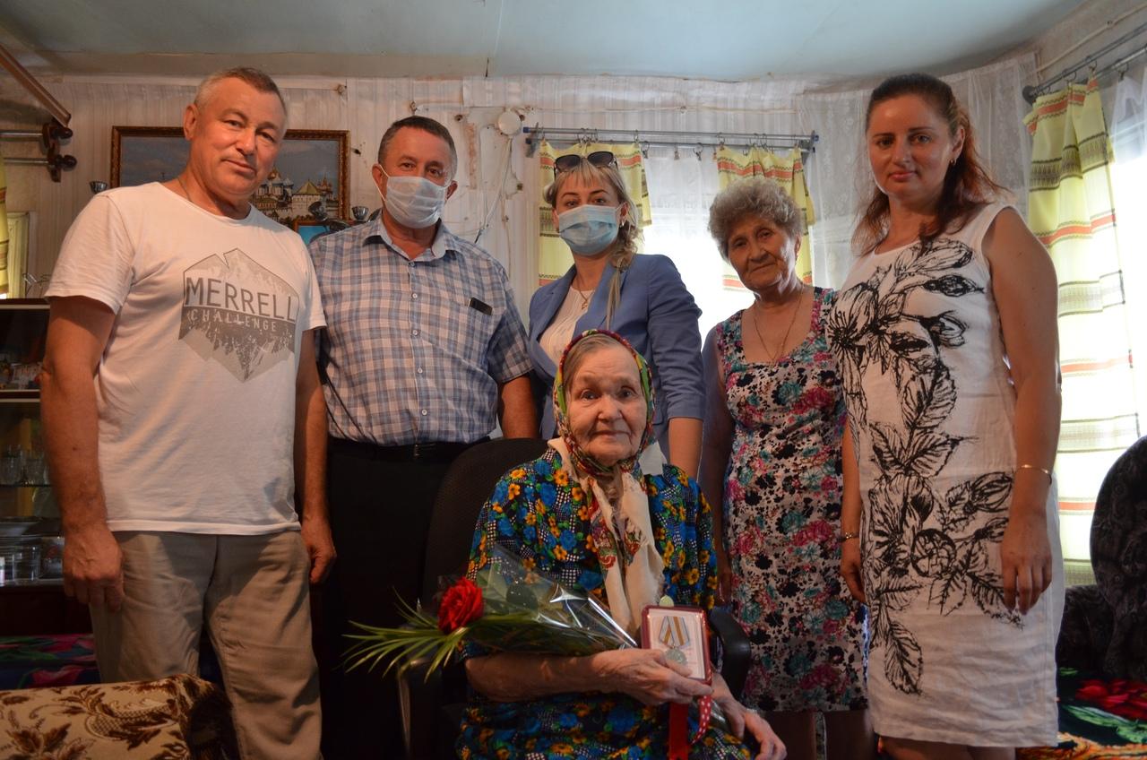 Сегодня жительнице села Абодим Анне Анисимовне Знаменщиковой вручили медаль «75 лет победе в Великой Отечественной войне»