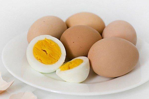 КУРИНЫЙ БУЛЬЙОН С ЯЙЦОМ И ЛАПШОЙ Нам понадобится:- специи по вкусу- морковь 2 шт.- курица 250 г- лук 1 головка- вода сколько понадобится- лапша 150 г- зелень 20 г- яйца 5 шт.Делаем:Курицу