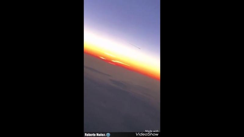 .ФРАНЦИЯ....Пассажир записал странный объект двигавшийся по небу над Парижем 14 / oct / 2018.