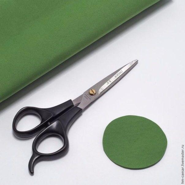 Создаем венок из одуванчиков: работаем с фоамираном 1. Понадобится:- фоамиран желтого цвета;- фоамиран зеленого цвета;- ножницы;- кусачки;- плоскогубцы;- суперклей;- герберная проволока;-