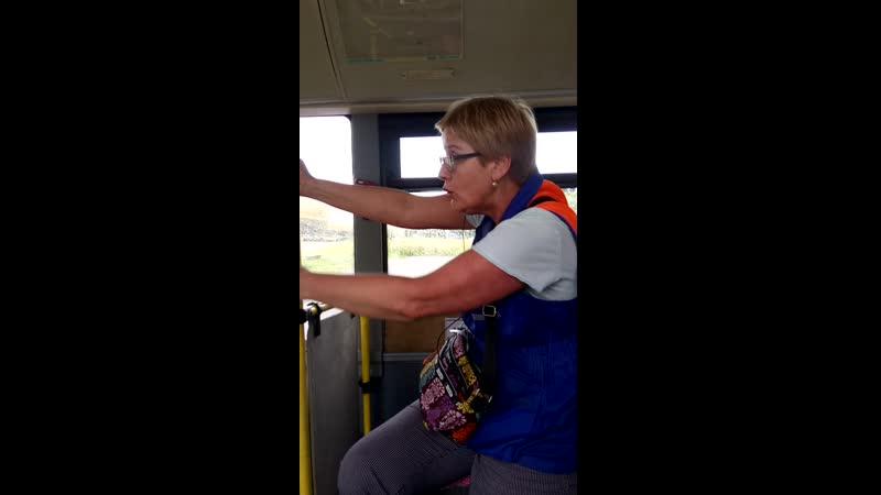 Недобрый дедушка сломал люк в автобусе