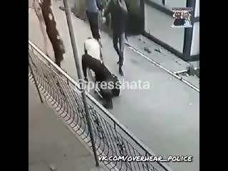Пока ЧОПовец огребал от злодея, его напарник смирно наблюдал за избиением