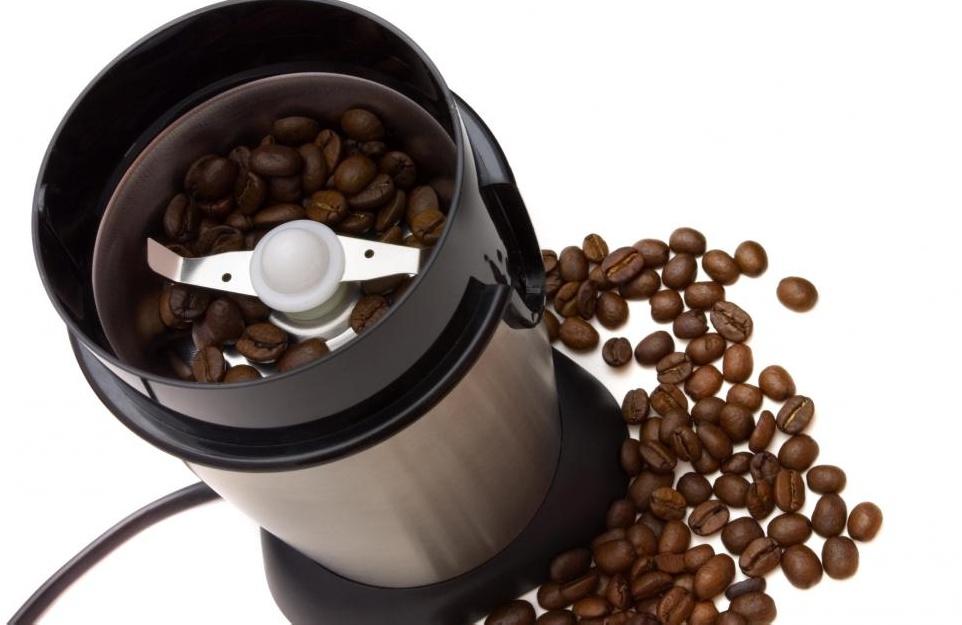 Современная электрическая кофемолка.