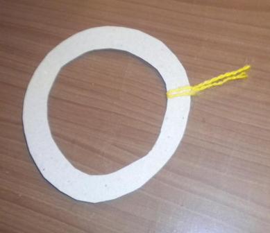 ДЕЛАЕМ СОЛНЫШКО Для работы понадобятся: Картон белого цвета, нитки шерстяные желтого цвета (можно использовать нитки желтого цвета другого качества, но только не тонкие), картон желтого цвета,
