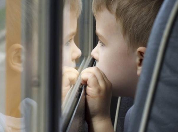 Видел как-то в автобусе такой случай. Зашли на остановке девушка молодая, мальчик трех лет и женщина под полтинник: мама, сын и бабушка. Не перепутаешь. Сели недалеко от меня: девушка с ребенком