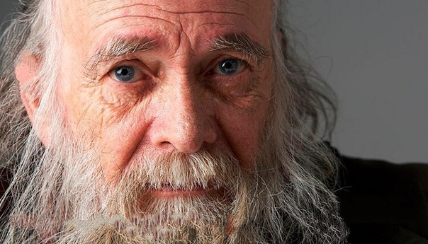 Один старый мужчина переехал жить к своему сыну, невестке и четырехлетнему внуку Его руки дрожали, глаза плохо видели, походка была ковыляющей.Семья ела вместе за одним столом, но старые,