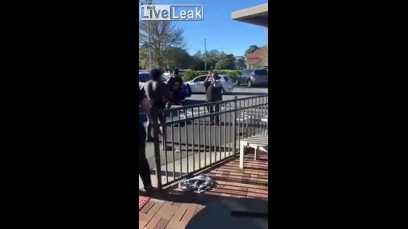 Полицейский пытается разнять дерущихся на помощь приходит верный товарищ