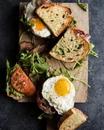 Аппетитный сэндвич с яйцом, беконом, томатами и соусом песто 🥖🥓🥚⠀