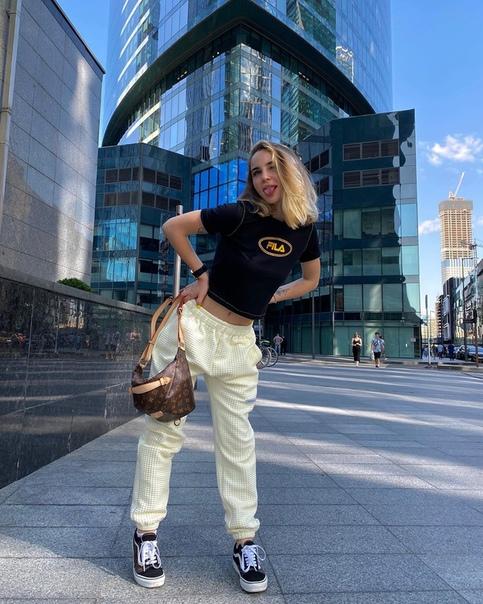 Марьяну Ро избили прямо посреди улицы в Москве Страшно жить девушкам в наше время.«Вчера меня побил обдолбанный мужик на улице Я ехала на самокате на парковку. Он начал выхватывать самокат и