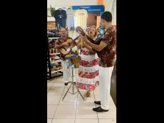 Улетая с Кубы, в аэропорту эти замечательные музыканты поднимают всем настроение!!! Спасибо!!!