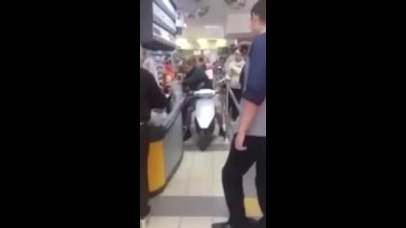 по супермаркету на скутере.mp4