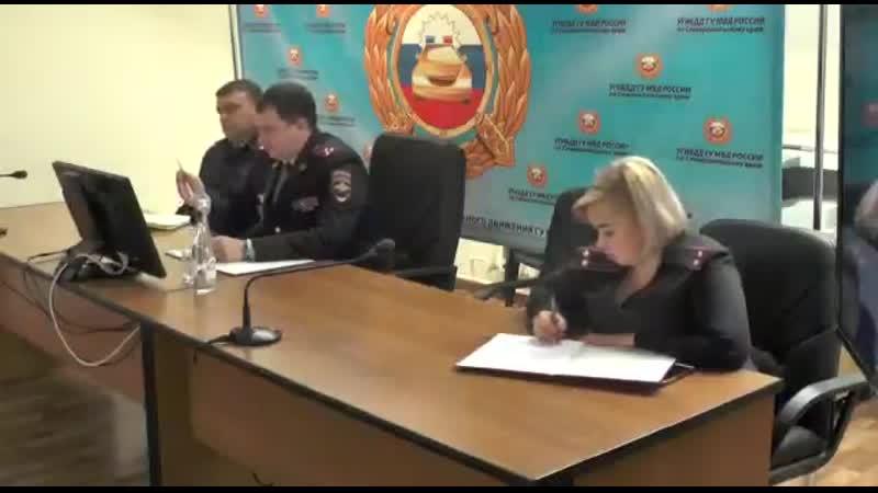 Полковник ГИБДД разьясняет своим подчинённым что они имеют право только убеждать жителей вернуться домой