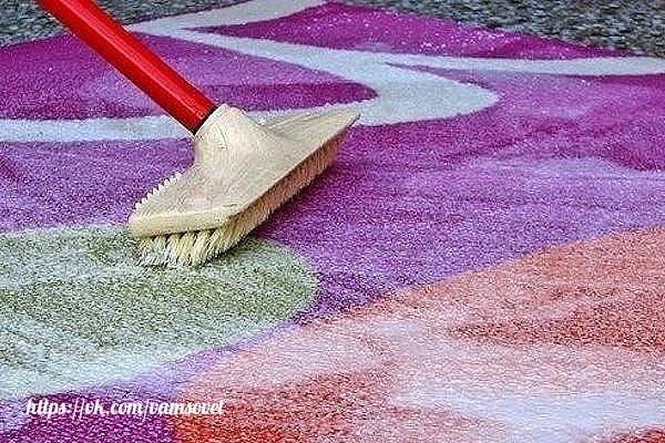 Чтобы сократить траты на средства для мытья ковров, которые нам предлагают купить в магазинах, давайте сделаем средство для мытья ковров сами. Это средство будет в разы дешевле, без бесконечного списка химии с составе и самое главное - оно будет чистить.
