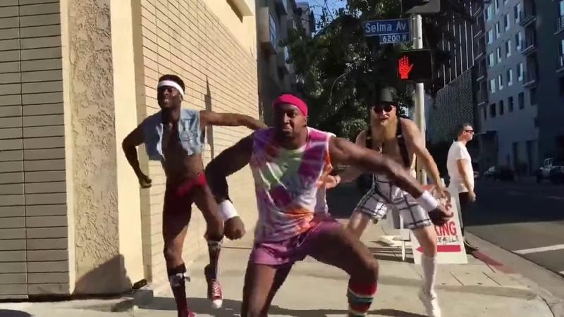Бля ебанутые негры и один белый бегают по городу под музыку