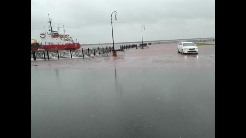 В Архангельске шторм. А мы пошли гулять по набережной