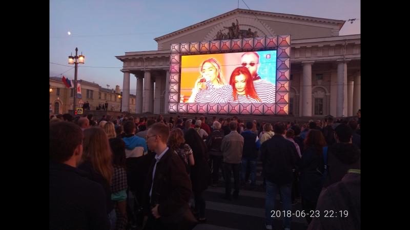 Дублируют концерт с дворцовой площади.