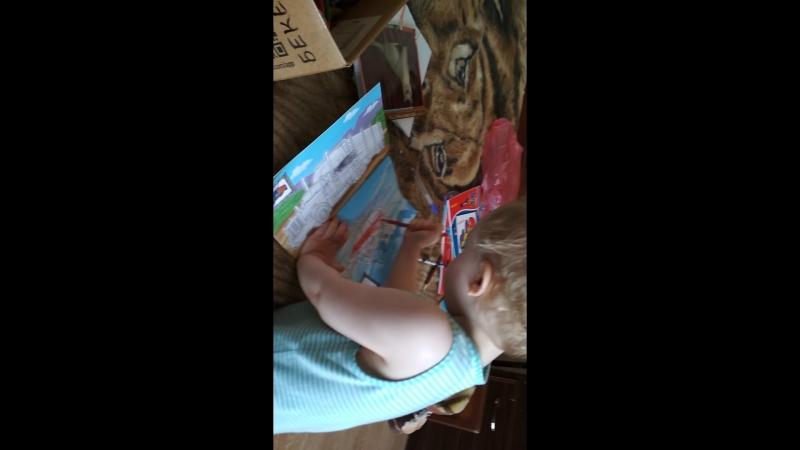 Гришаня читает и рисует