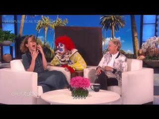 Ellen Ups Her Scare Game for Sarah Paulson русс субтитры