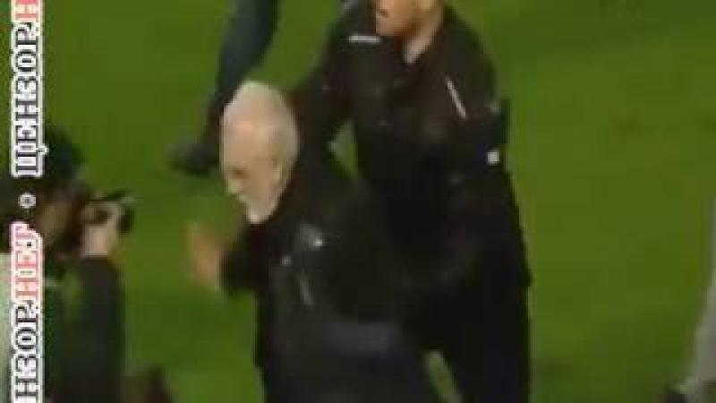 Российский олигарх Саввиди прервал футбольный матч в Греции, выбежав на поле с пистолетом.