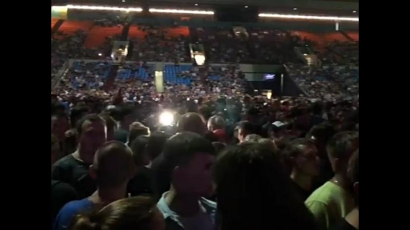 Народ собирается 30 лет Король и Шут пел весь зал нас было 17000 тысяч человек
