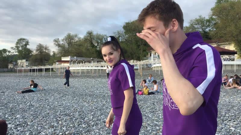Настя и Влад бросают камни