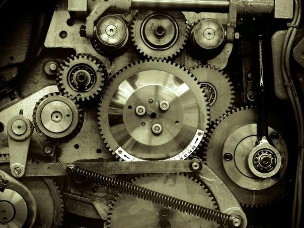 Механическая анатомия Анабель застала Клавдия за работой. Он, как и прежде, проводил тёмные зимние вечера в своей мастерской, склонившись над множеством маленьких шестерёнок. Его глаза, несмотря