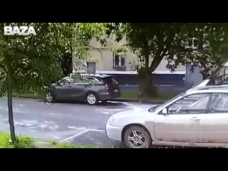 Девушка не поставила авто на ручник, и машина укатилась