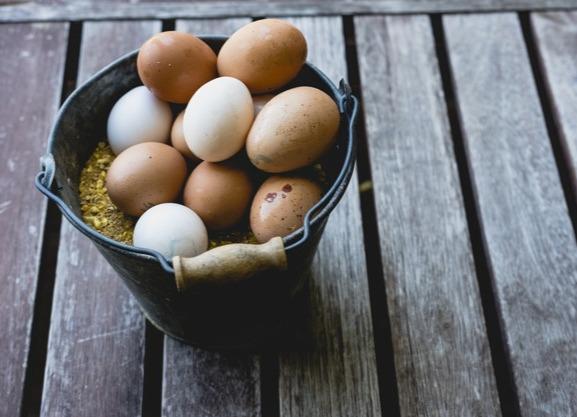 Так принято Она спросила его: - По сколько ты продаешь яйца Старый продавец ответил: - 5 рублей за яйцо. Она сказала ему: - Я возьму 6 яиц за 25 рублей или я уйду! Старый продавец ответил: -