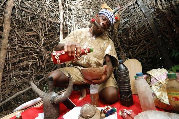 Внутри тайных обществ Сьерра-Леоне В Сьерра-Леоне по-прежнему распространены тайные общества и наиболее крупными из них являются такие, как Поро, Соко Бана для мужчин и Бондо для женщин.