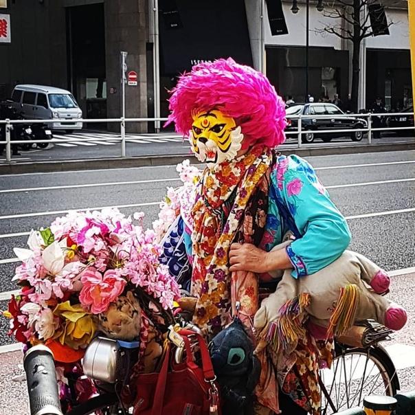 Мужчина из Токио 45 лет живет в маске тигра, потому что считает себя тигром Йоширо Харада было 24 года, когда он впервые надел маску тигра. Сейчас ему 69, но он не расстается с ней почти