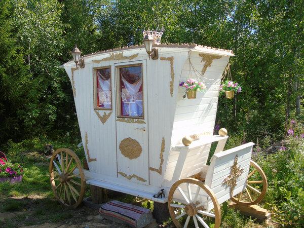На многих дачах туалет делают на улице А этот умелец из Северодвинска смастерил его своими руками в виде кареты екатерининской эпохи. Аплодируем стоя! То есть, сидя.