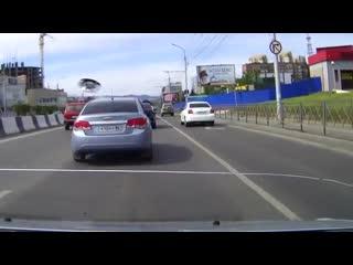 Машину с номерами городской администрации поймали на нарушении проезда по выделенным полосам