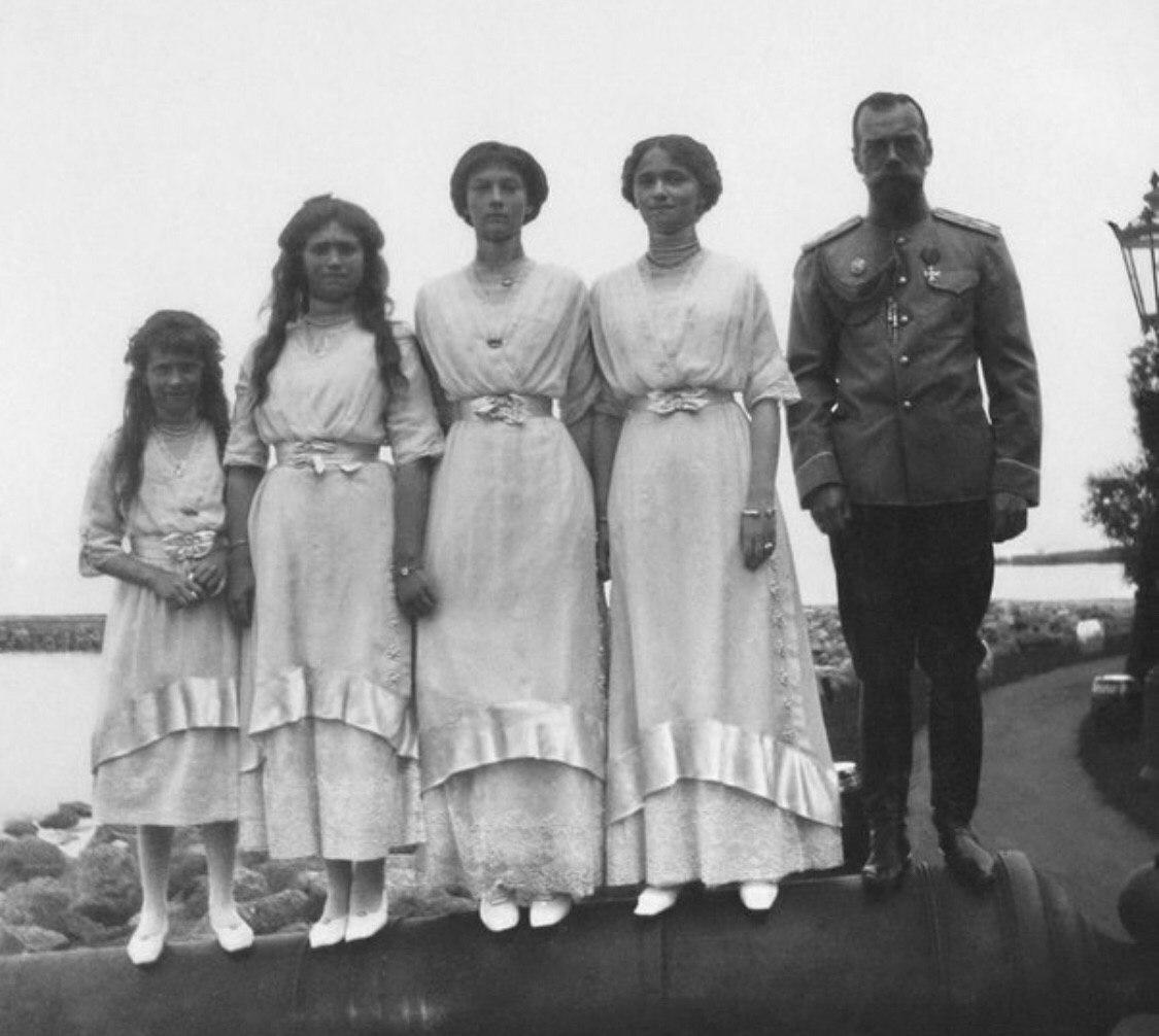 Вeликие княжны с oтцом импеpaтором Николaeм II, 1913 г.