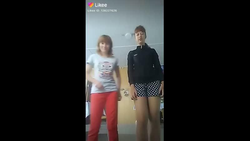 Молнияя со своей подругой сделала видеоклип