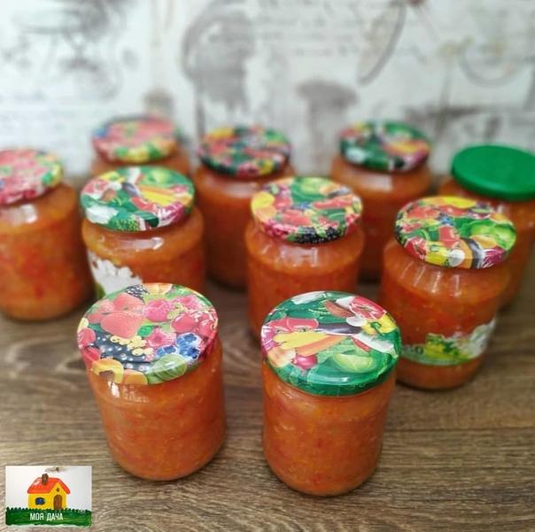 Лечо готовлю уже лет 5 по одному и тому же рецепту, меняю только способ нарезки(если есть время перцы, морковь и лук нарезаю, если нет все перекручиваю на мясорубке Помидоры 2 кгПерцы 1.5
