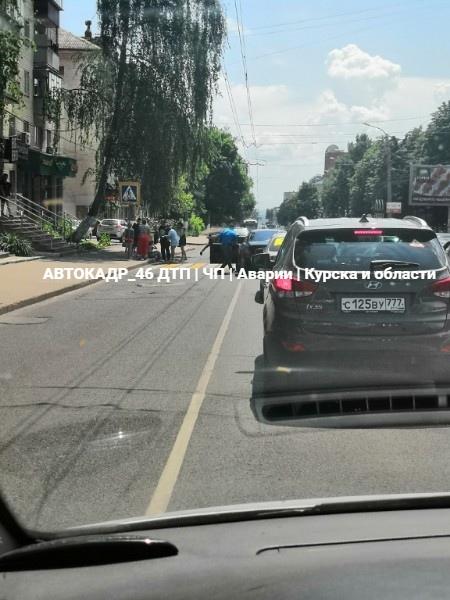 В центре Курска на переходе ВАЗ сбил девушку