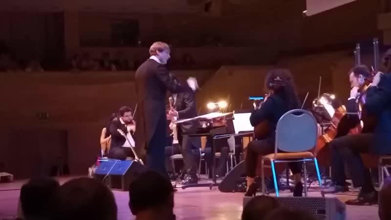 Гитарист Кино Юрий Каспарян вместе с оркестром исполнил песню Enter Sandman из альбома Metallica 1991 года