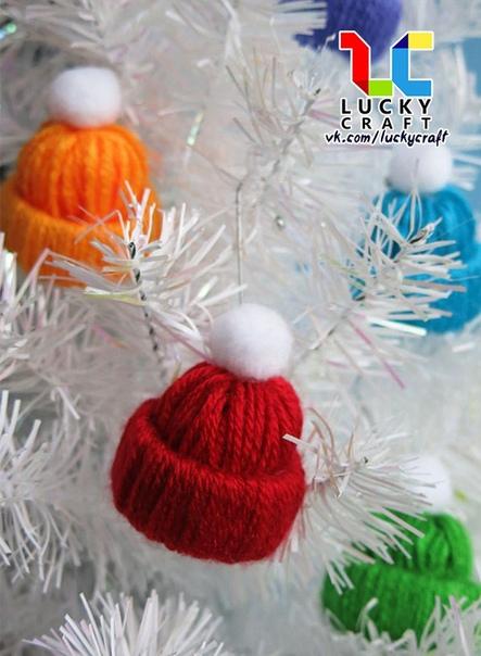 Поделки к Новому году. Украшения на ёлочку: Шапочки Из картонных рулончиков и цветной пряжи можно сделать очень симпатичные елочные игрушки Шапочки . Подробный мастер-класс представлен на фото